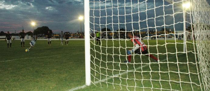 Thiaguinho, atacante do Botafogo-PB, perde pênalti no amistoso contra o Atlético Potengi (Foto: Amauri Aquino / GloboEsporte.com/pb)