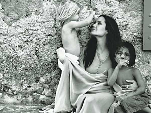 Angelina Jolie, Shiloh e Pax Thien Jolie-Pitt em foto tirada por Brad Pitt para a revista W (Foto: Reprodução)