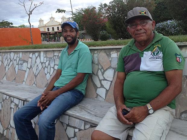 À esquerda, Genivaldo Pereira, de 35 anos, que apostou com amigos da prefeitura (Foto: Henrique Mendes / G1)