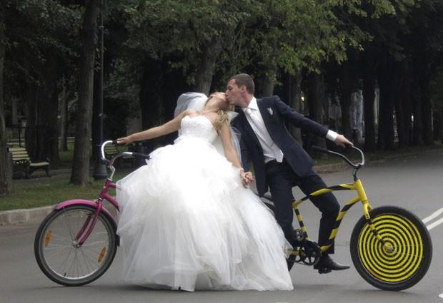 Boris e Yelena Babkini se beijam no parque Gorky após casamento (Foto: Gary Hershorn/Reuters)
