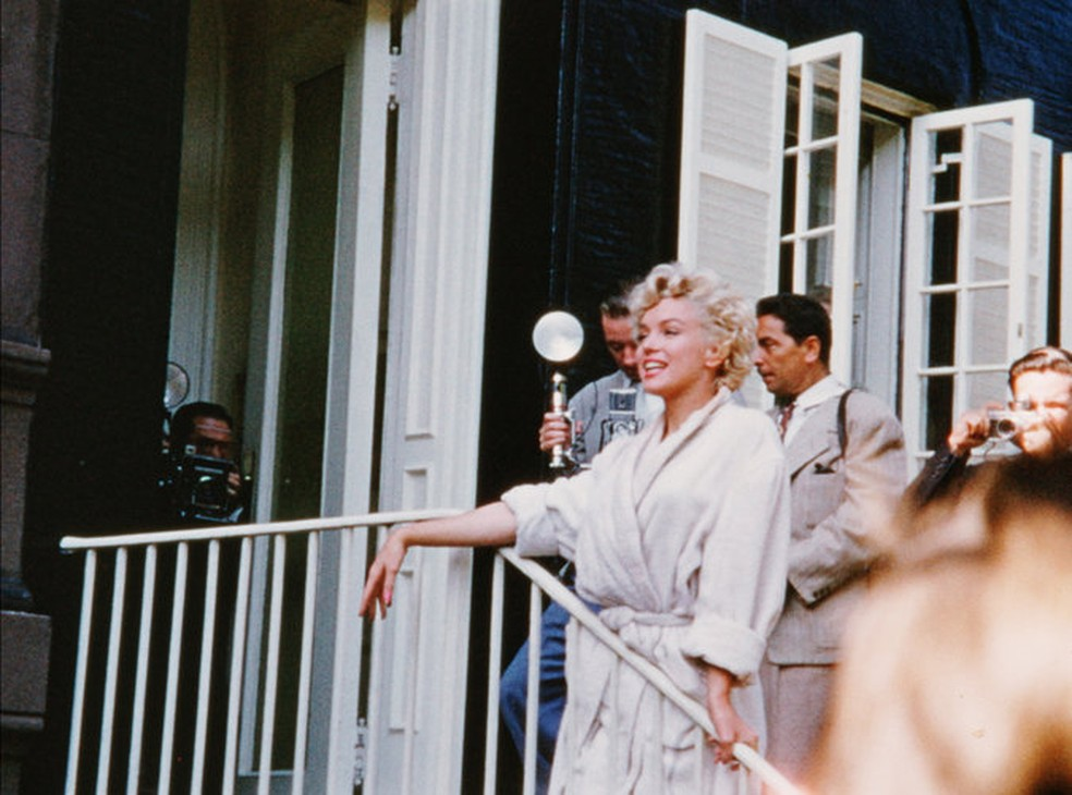 Antes da cena da saia, Schulback filmou a atriz de roupão saudando os fãs e a imprensa  (Foto: Reprodução/NY Times)