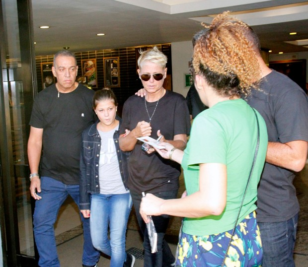 Xuxa sai chorando do velório do pai (Foto: Marcos Ferreira/ Brazil News)