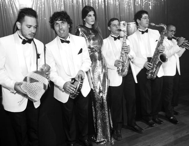 Bianca Brandolini entre os músicos da Big Band de George Freire no Baile da Vogue em 2012 (Foto:  )
