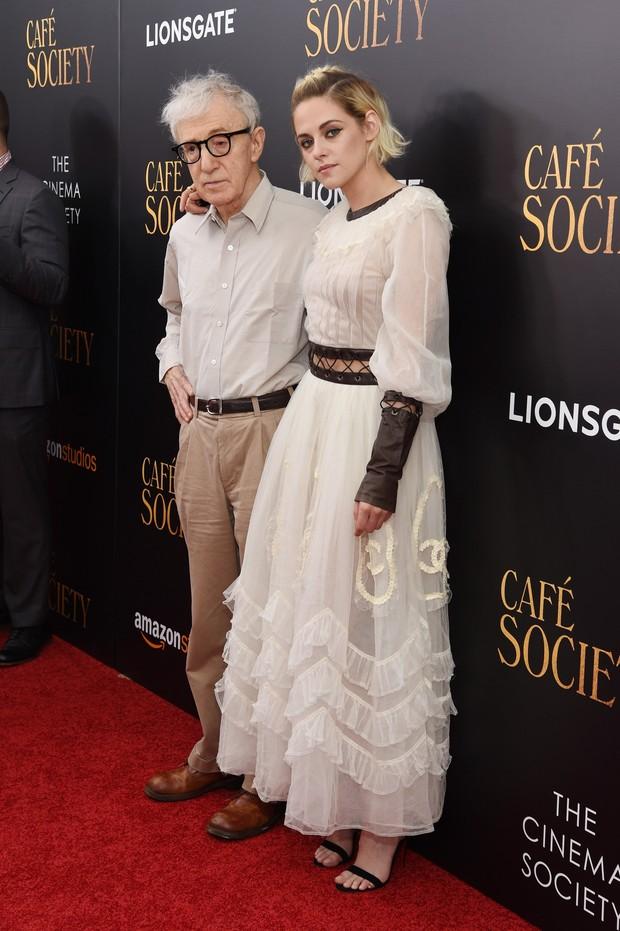 Woody Allen e Kristen Stewart em première de filme em Nova York, nos Estados Unidos (Foto: Jamie McCarthy/ Getty Images/ AFP)