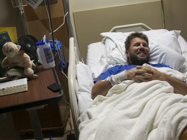 O americano Erik Norrie, 40, conversa com jornalistas enquanto se recupera no Tampa General Hospital nesta terça-feira (6), após ataque de tubarão (Foto: Will Vragovic/The Tampa Bay Times/AP)