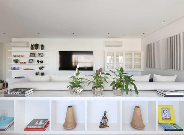 Living | O aparador do sofá também foi executado pela Apra Móveis e ganhou suculentas e livros decorativos que dão charme ao móvel (Foto: Mariana Orsi/Divulgação)