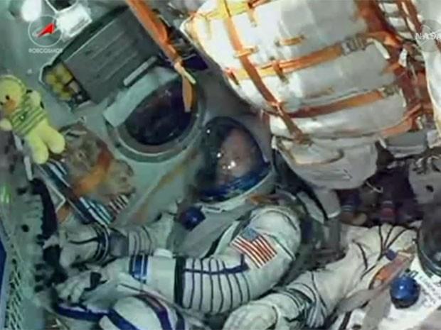Astronauta americano dentro da Soyuz instantes antes do lançamento (Foto: Reprodução/Nasa)