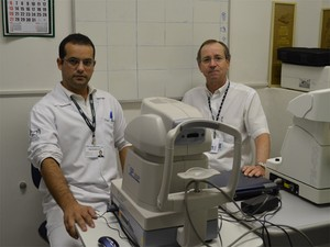 Thiago Barbário Lima e José Luiz Laus mostram equipamentos utilizados nos exames oftalmológicos (Foto: Fernanda Testa/G1)