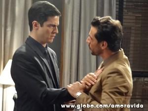 Félix se sente um pouco acuado (Foto: Amor à Vida / TV Globo)