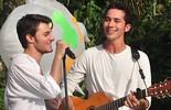 Afinados! Hugo Bonemer e Gabriel Falcão cantam juntos nos bastidores