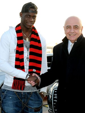 Balotelli com Adriano Galliani no Milan (Foto: AFP)