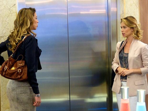 Juliana diz para Vânia que vai se casar com Fábio (Foto: Guerra dos Sexos / TV Globo)