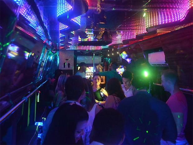 Convidados curtem balada no party bus, em Ribeirão Preto, SP (Foto: Amanda Pioli/G1)