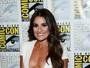 Lea Michele usa decotão e deixa calcinha modeladora à mostra