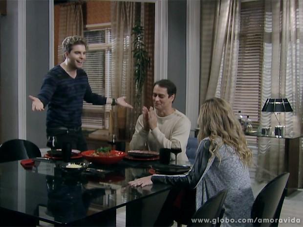 Amarilys diz achar que está grávida e Niko fica muito empolgado... (Foto: Amor à Vida / TV Globo)