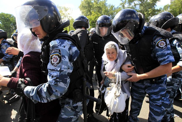 Manifestantes tentam interromper parada gay na Ucrânia neste sábado (25) (Foto: Sergei Chuzavkov/AP)