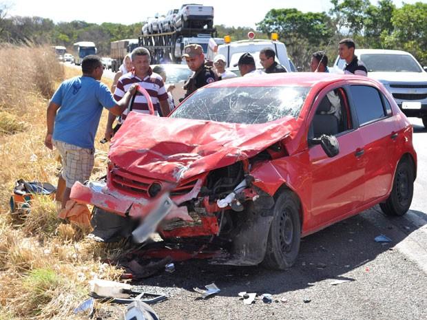 Ocupantes do GOL sofreram ferimentos leves em acidente na BR-242, na BA (Foto: Blog do Sigi Vilares)