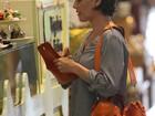 Deborah Secco vai às compras e come chocolate em shopping