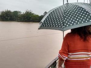 Moradores acompanham as condiçõs dos rios do Sul de SC (Foto: Denise de Medeiros/RBS TV)