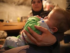 A síria Mariam com a menina Mais, de seis meses; após sobreviver a um bombardeio que matou todos os moradores de um prédio, o bebê de seis meses ganhou um novo lar (Foto: Gabriel Chaim)