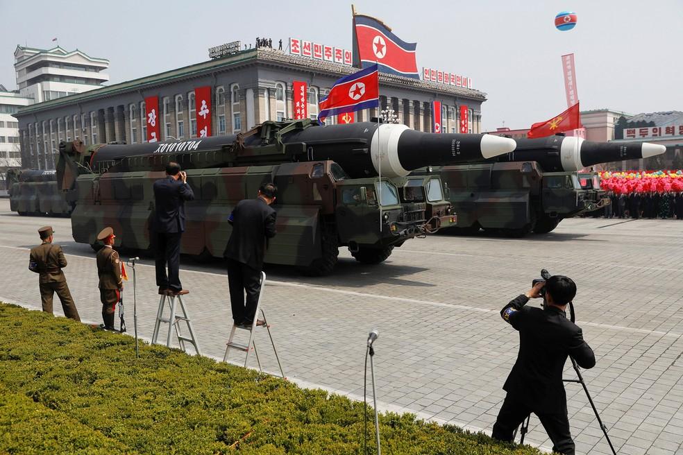 Mísseis são exibidos durante desfile militar que marca o 105º aniversário do nascimento do pai fundando do país Kim Il Sung, em Pyongyang, neste sábado (15) (Foto: REUTERS/Damir Sagolj )