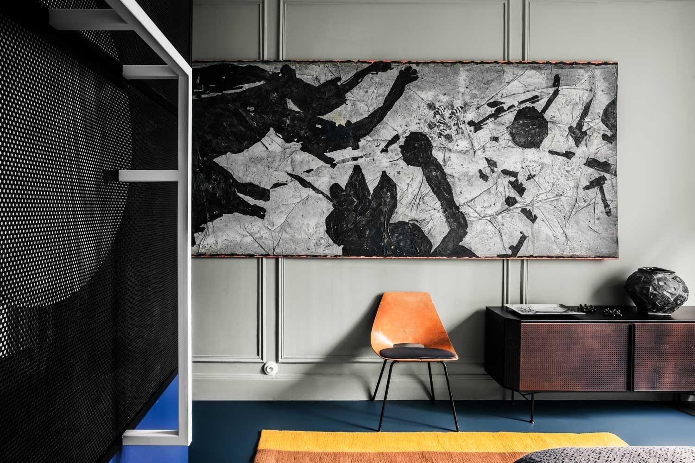 Décor do dia: obras de arte e cores vibrantes pontuam quarto de casal (Foto: FOTOS KAREL BALAS/ DIVULGAÇÃO)