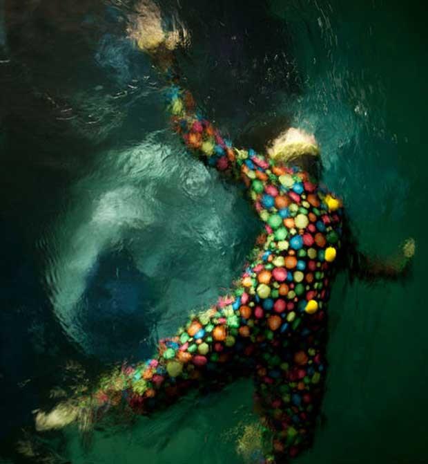 A artista conta que adora fazer fotos submersas, especialmente por causa da maneira que a luz reage à água (Foto: Christy Lee Rogers )