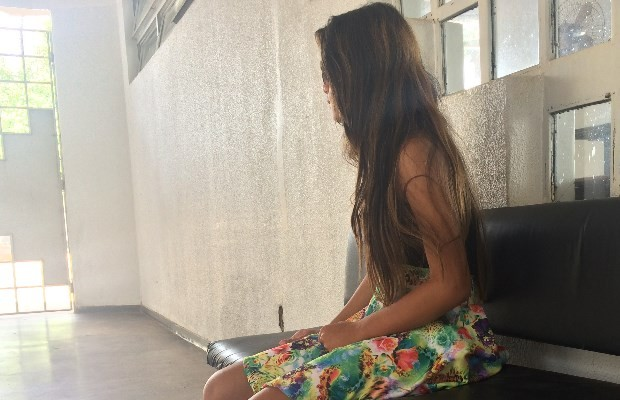Estudante Emilly Cristina Sena, de 11anos, lamenta a morte da mãe em Goiás (Foto: Paula Resende/ G1)
