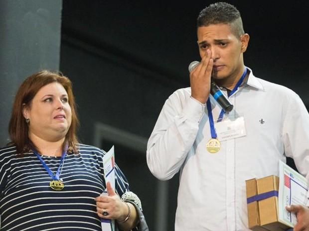 Jonathan com a professora Andrea Chiarioni recebendo o prêmio (Foto: Divulgação/Secretaria de Educação)