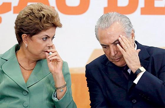 DIPLOMATA Dilma eTemer em cerimônia em Brasília. Ele atua para desfazer os estragos das ações dela (Foto: Bruno Domingos/Reuters)