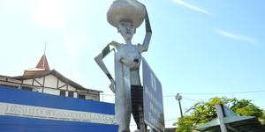 Estátua na Prainha leva nome de lavadeira negra (Carlos Palmeira/ G1)