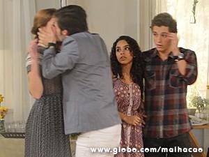 Martin beija Anita, que não consegue responder (Foto: Malhação / TV Globo)