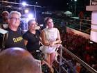 Claudia Leitte se emociona com homenagem dos pais em cima do trio