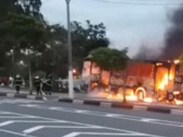 Manifestantes ateiam fogo em ônibus após morte de idosa (Foto: Rodrigo Cesar/ VC no G1)