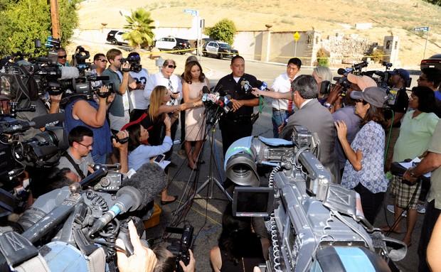 Polícia atualizando a imprensa sobre caso de Chris Borwn (Foto: Reuters)