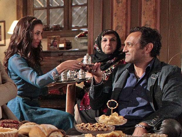 Ayla oferece o café com sal para Zyah (Foto: Salve Jorge/TV Globo)
