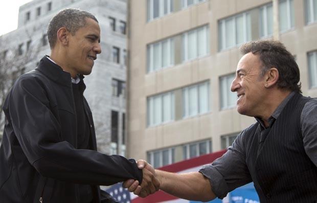 O presidente dos EUA, Barack Obama, cumprimenta o cantor Bruce Springsteen durante evento de campanha nesta segunda-feira (5) em Madison, Wisconsin (Foto: AP)