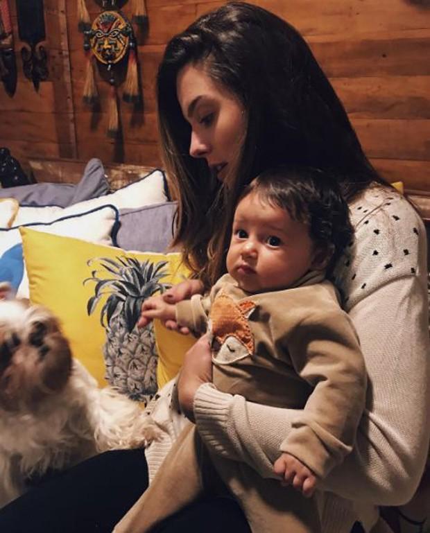 Giovanna Lancellotti com Madalena no colo (Foto: Reprodução/Instagram)