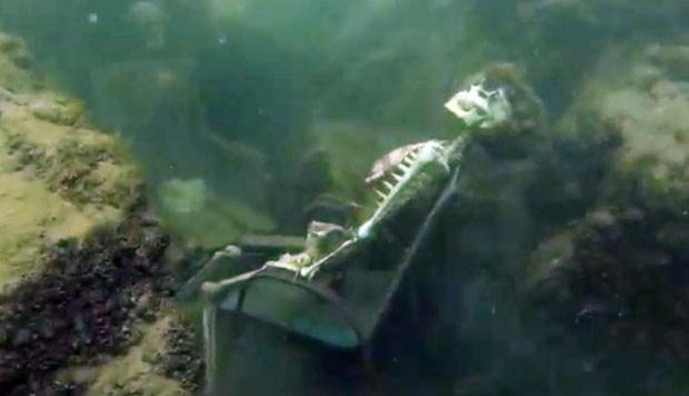 Esqueletos falsos estavam em cadeiras de jardim e presos a várias pedras (Foto: La Paz Sheriffs/AP)