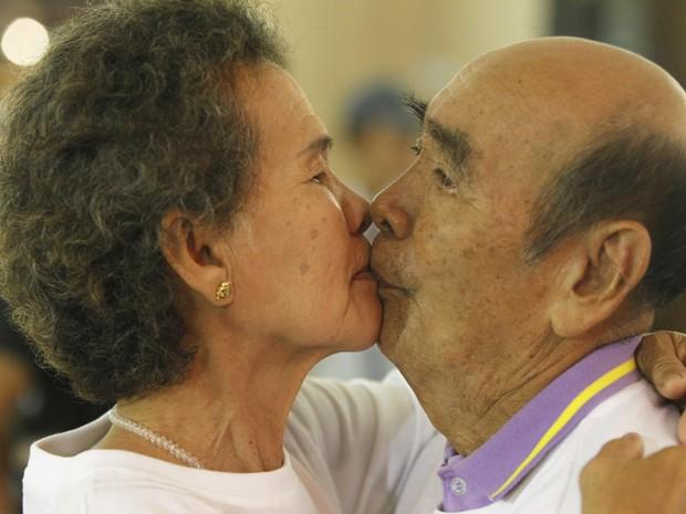 Bunjed Yomjinda, de 74 anos, beija Suwanna Yomjinda, de 72, em tentativa de quebrar o recorde de beijo mais longo, em Pattaya,150 km  a leste de Bangkok, Tailândia, nesta terça-feira (12).  (Foto: Reuters/Chaiwat Subprasom )