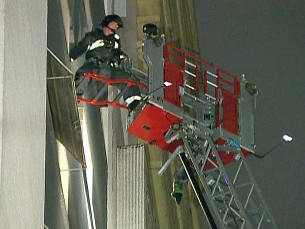 Bombeiros usaram escadas magirus para resgatar moradores que estavam em prédios atingidos por fumaça. (Foto: Reprodução / GloboNews)