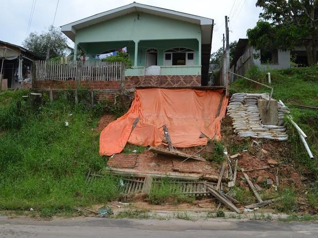 Morador teme que casa desabe, mas se recusa a deixar o local (Foto: Francisco Rocha/G1)