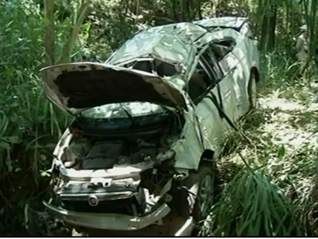 Carro foi parar em ribanceira após motorista perder controle do veículo Goiás (Foto: Reprodução/ TV Anhanguera)