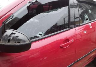 Carro de MC é atingido por tiros em São Vicente (Foto: Mariane Rossi/G1)