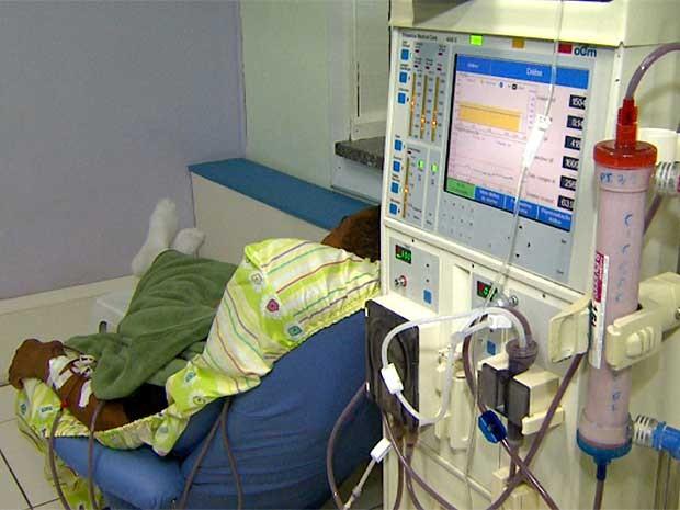 Paciente faz hemodiálise em clínica investigada pela Vigilância Sanitária, em Indaiatuba (SP) (Foto: Reprodução EPTV)