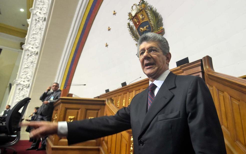Presidente do Parlamento da Venezuela, Henry Ramos Allup, chega à Assembleia Nacional para a cerimônia de posse dos novos legisladores (Foto: AFP PHOTO/JUAN BARRETO)
