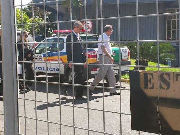 Victorio Duque Semionato, diretor de Engenharia da Mendes Júnior, levado por condução coercitiva pra prestar depoimento na Polícia Federal (Foto: Pedro Ângelo/G1)