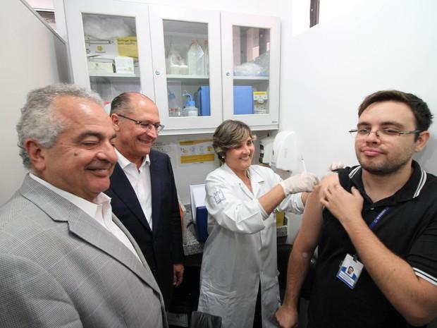 Geraldo Alckmin acompanha início dos testes da vacina de dengue em humanos no Recife (Foto: Aldo Carneiro/Pernambuco Press)