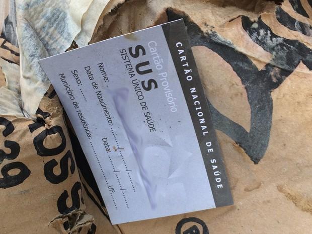 Descartadas, carteirinhas de pacientes foram parar no lixo (Foto: Cristina Boeckel/G1)