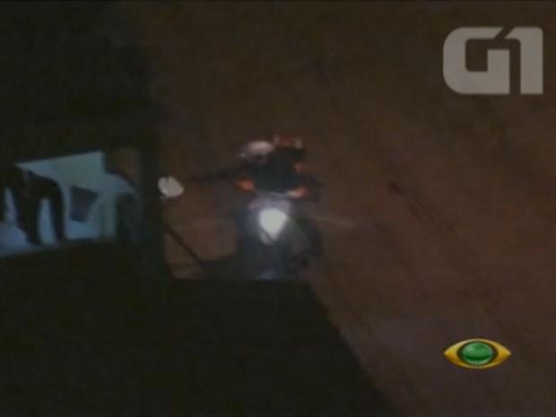 frame tiros perseguição PM são paulo (Foto: TV Bandeirantes/Reprodução)